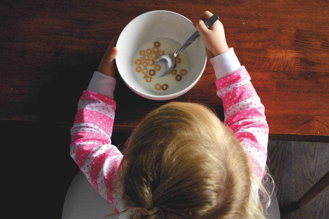 A może filiżankę kawy z mlekiem? Zastawa stołowa dla niemowląt